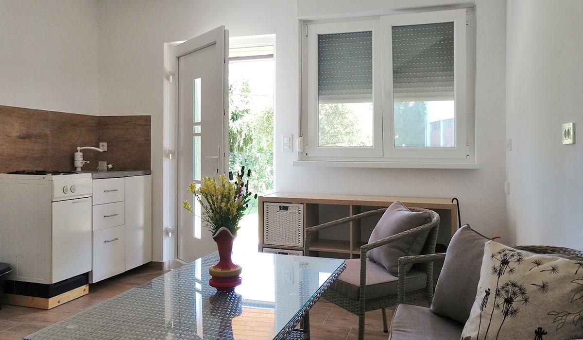 Prijeten vhodni prostor z mizo in sedežno garnituro