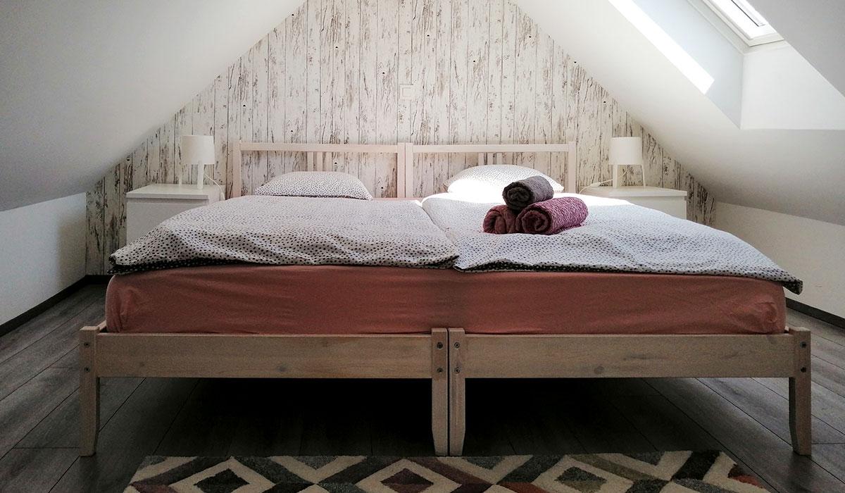 Prijeten spalni prostor, v katerem lahko uredimo zakonsko posteljo ali dve samostojni ležišči.